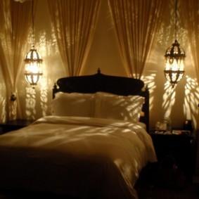 Романтическое освещение в уютной спальне