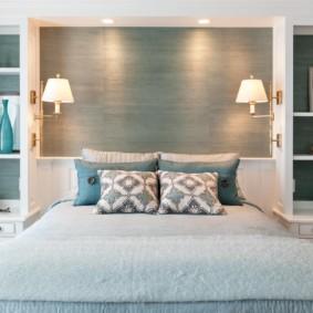 Полки для декораций по обеим сторонам кровати