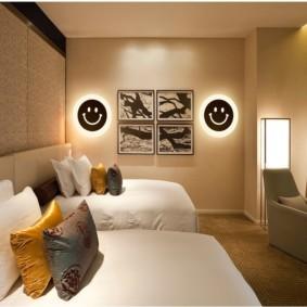 Модульные картины в спальне с двумя кроватями