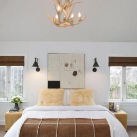 Просторная спальня с окнами небольшого размера