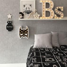 Буквы с подсветкой на полочке в спальне
