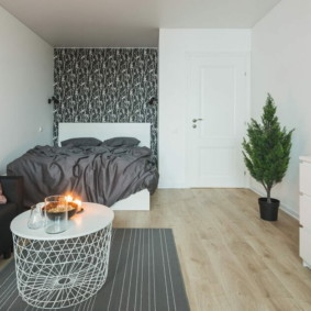 Интерьер небольшой квартиры в серо-белом цвете