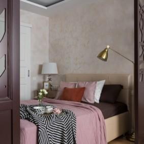 Двухуровневый потолок над кроватью в квартире