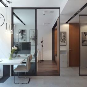 Стеклянные двери в интерьере квартиры