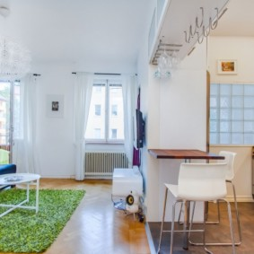 Светлая кухня гостиная в эко-стиле