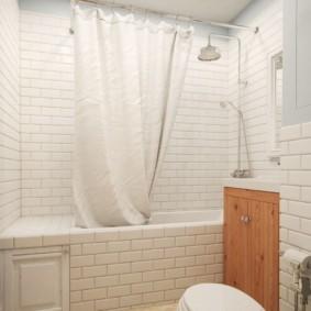 Белая шторка в ванной небольшой площади