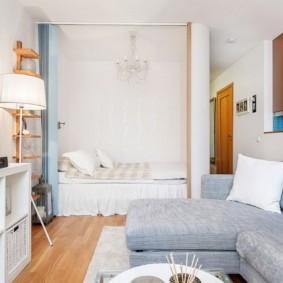 Двухспальная кровать в нише небольшого размера