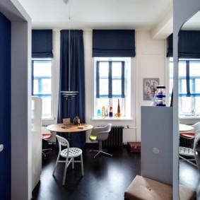 Темно-синие шторы на окнах кухни гостиной