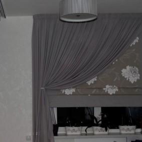 Серая занавеска в паре с римской шторой