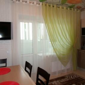 Оформление окна на кухне с балконом