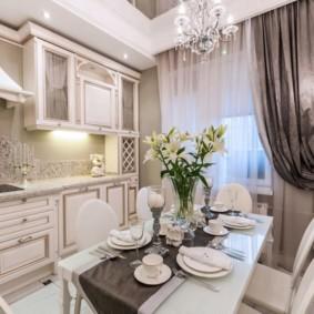 Классическая кухня с асимметричной шторой
