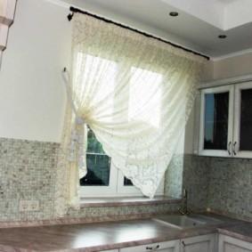 Прозрачная занавеска на одну сторону окна кухни