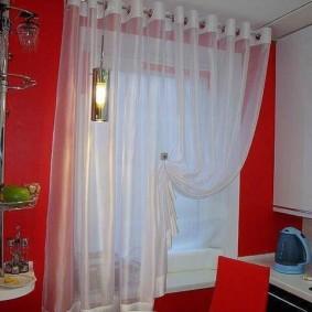 Белая занавеска в кухне с красной стеной