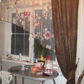Цветочный принт на кухонной шторе