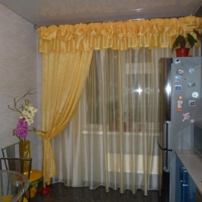 Желтая занавеска на окне кухни