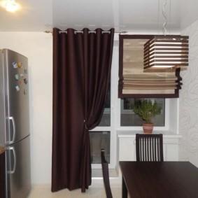 Темно-коричневая занавеска на балконной двери