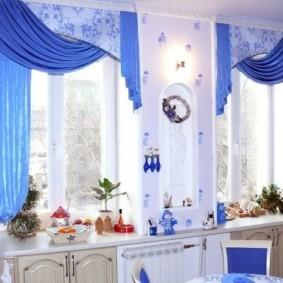 Голубой текстиль в интерьере кухни