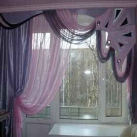 Фиолетовые занавески на кухонном окне