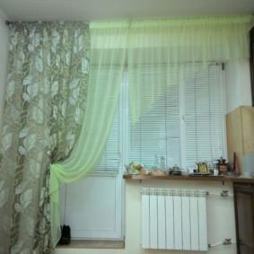 Пластиковые жалюзи на окне с односторонней шторой