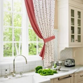 Короткая шторка над кухонной мойкой