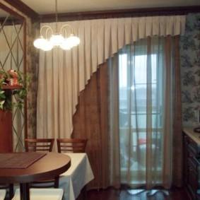 Комбинированные шторы на окне кухни