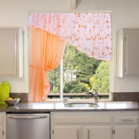 Мойка в столешнице перед окном кухни