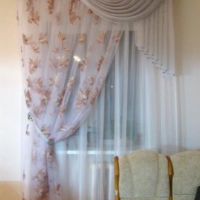 Тюлевая занавеска на одну сторону окна кухни