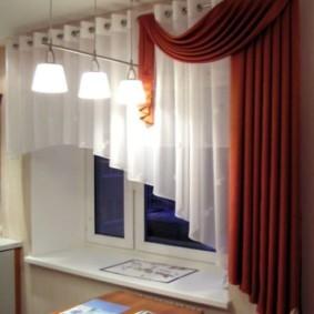Красно-белые шторы на кухонном окне
