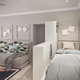 Узкая кровать за тумбой в общей комнате