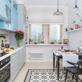 Коврик из керамической плитки на полу кухни