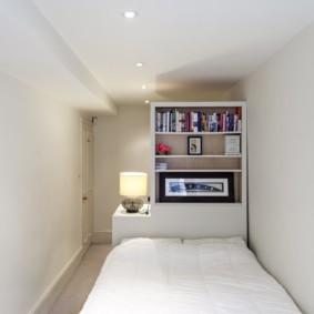 Узкая спальня в стиле минимализма