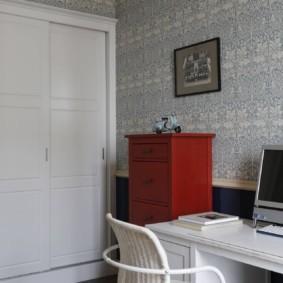 Офисный стул с деревянной спинкой