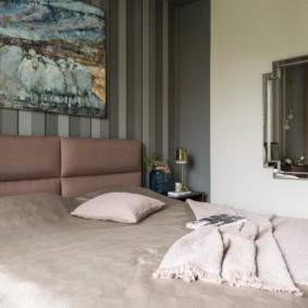 Широкая кровать с коричневым изголовьем