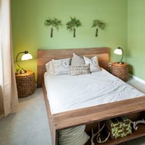 Небольшая спальня с зелеными стенами