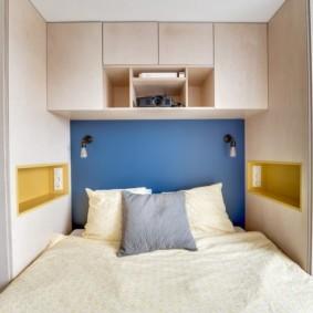 Подвесные шкафы над кроватью в квартире