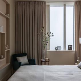 Узкая спальня в двухкомнатной квартире студии