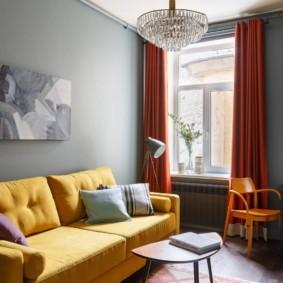 Желтая обивка раскладного дивана