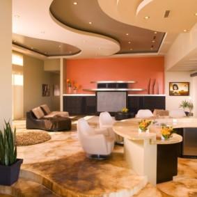 Интерьер зала с многоуровневым потолком