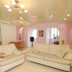 Светлая мебель в зале с натяжным потолком