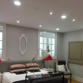 Ровный потолок со встроенными светильниками