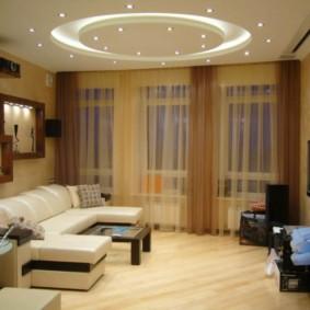 Коричневые шторы в зале квартиры