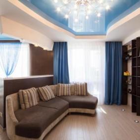 Голубой потолок в зале с синими шторами