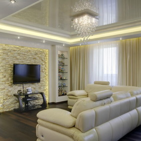 Хрустальная люстра над угловым диваном