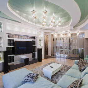 Софиты на потолке гостиной в современном стиле