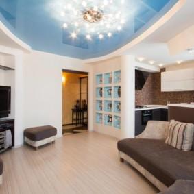 Голубой потолок в однокомнатной квартире