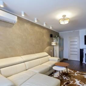 Виниловые обои на стене за диваном