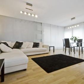 Черный коврик на ламинированном полу