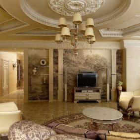 Классическая гостиная с лепниной на потолке