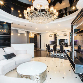 Стеклянная люстра в стильной гостиной