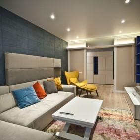 Угловой диван в гостиной с серой стеной